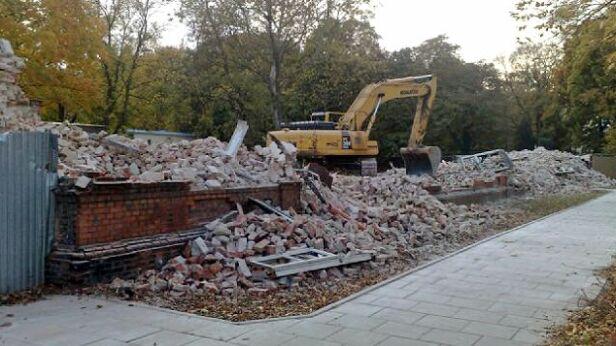 22 października zburzono prawie cały budynek fot. Lech Marcinczak
