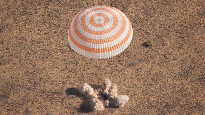 Po 164 dniach w kosmosie wrócili na Ziemię
