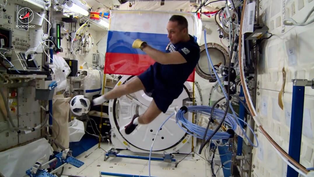 Kosmiczny mecz 400 kilometrów nad Ziemią
