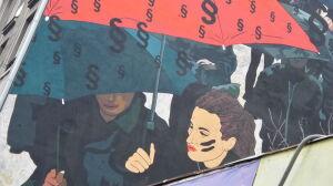 Czarny Protest na ścianie praskiej kamienicy