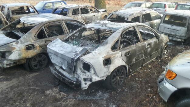 Nocny pożar przy warsztacie. Płonęło dziewięć samochodów