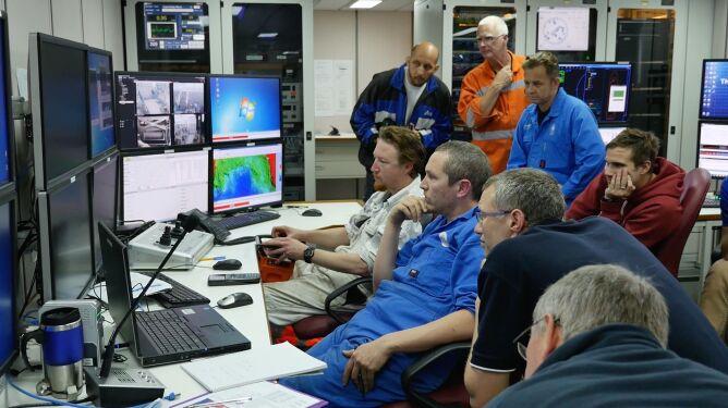 Naukowcy obserwujący pracę zdalnie sterowanych pojazdów wyposażonych w kamery (CSIRO)