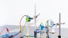 Wszczepione urządzenie podłącza się do komputera, który kontroluje impulsy elektryczne i rejestruje zachowanie neuronów (fot. Lieber Research Group, Harvard University)