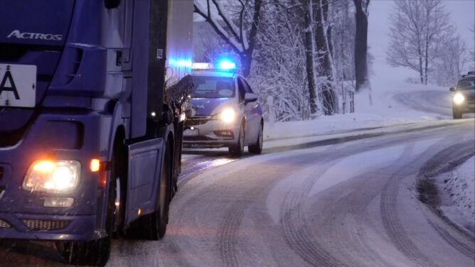 Bardzo śliskie drogi, gruba warstwa śniegu. W Polsce rozgościła się zima